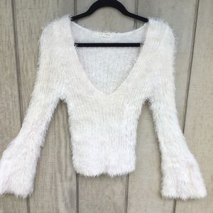 ❄️ White fitted bell sleeve fuzzy sweater size med